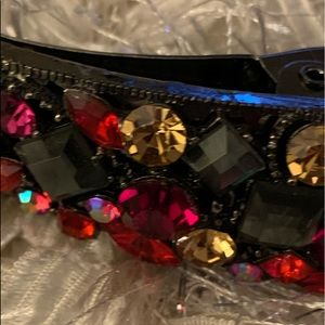Light up your holidays with this glitz hairclip.